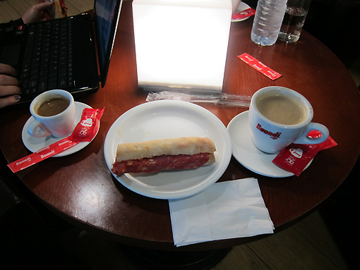 Pingo on left, meia de leite (cafe con leche) on right